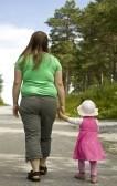 6965372-madre-obesa-y-su-hijo-caminando-sobre-un-trazado-de-bosque-en-una-preciosa-dia-de-verano